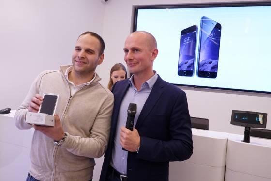Nemanja Todorovic prvi kupac iPhonea i Mikel Nosgard direktor marketinga Telenora