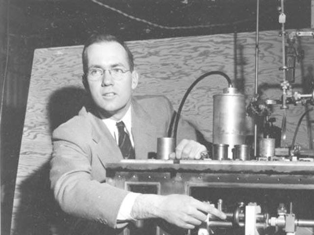 Nobelovac Čarls Tauns, profesor na Univerzitetu Kolumbija, objašnjava svoj izum na konferenciji za novinare u Njujorku.