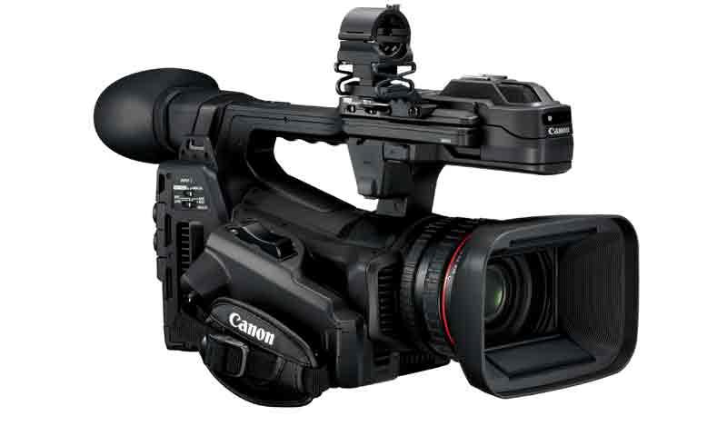 Kompanija Canon Europe predstavila je najnoviji model XF linije kamkordera – XF705. Opremljen XF-HEVC formatom sledeće generacije, kamkorder XF705 omogućava 4K UHD 50P 4:2:2 10-bitno snimanje na SD kartice, uz impresivan kvalitet slike i nenadmašne detalje. U kombinaciji sa CMOS senzorom tipa 1.0 i DIGIC DV6 procesiranjem, XF705 pruža izuzetno poboljšane performanse po pitanju šuma, osetljivosti i kinematografske dubinske oštrine. Zahvaljujući nizu poboljšanih HDR mogućnosti, uključujući napredni 12G-SDI interfejs i IP strimovanje, XF705 je spreman da izazove revolucionarne pozitivne pomake u oblastima UHD HDR produkcije. Raznovrsni formati koji transformišu rad Koristeći High Efficiency Video Codec (HEVC) video kompresiju kao osnovu i upotrebu Material eXchange Format (MXF) standarda, Canon je razvio XF-HEVC format datoteke. HEVC omogućava noviju tehnologiju enkodovanja, dva puta efikasniju u odnosu na standardni H.264/AVC. Korišćenjem XF-HEVC kodeka, XF705 optimizuje upotrebu 4K UHD podataka, omogućavajući snimanje 4K UHD 50P 4:2:2 10-bitnih datoteka visokog kvaliteta direktno na svuda dostupne SD kartice. XF705 može da snima HDR datoteke interno koristeći kako Hybrid Log Gamma (HLG) tako i Perceptual Quantisation (PQ) HDR formate. Ovaj kamkorderima i brojne funkcije za HDR asistenciju, zahvaljujući kojima pomaže korisnicima prilikom kontrolisanja ekspozicije. XF705 omogućava istovremenu HDR/SDR produkcijupošto može da emituje SDR signal u isto vreme sa snimanjem HDR datoteke interno na SD karticuOpremljen je naprednim 12G-SDI interfejsom, koji šalje UHD nekompresovani 50P signal visokog kvaliteta kroz pojedinačni SDI kabl, a poseduje i mogućnost strimovanja u 4K UHD HDR standardu koristeći HEVC format preko mreže. XF705 ispunjava zahteve svakog korisnika kojem je potrebno da zabeleži 4K UHD HDR video, te je savršen za primenu kod emitovanja i video produkcije. Snimajte sa samopouzdanjem Da bi kritično fokusiranje bilo lakše sa većim CMOS senzorom tipa 1.0, XF705 